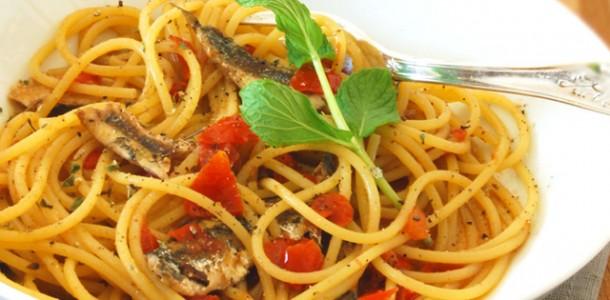 spaghetti con alici fresche, pomodorini e peperoncini verdi