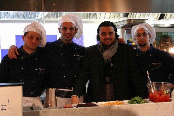 CrudoRe, Gianni Liotti con lo staff di cucina