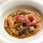 Minestra di pasta mischiata con crostacei e piccoli pesci di scoglio