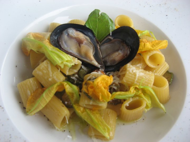 Mezzemaniche con cozze di scoglio, zucchine e ciurilli