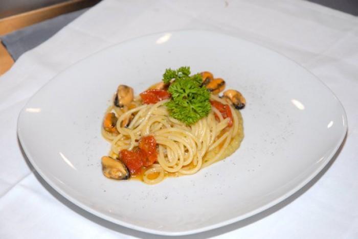 Spaghetti di Gragnano con cozze e crema di cicerchie dei Campi Flegrei di Abraxas
