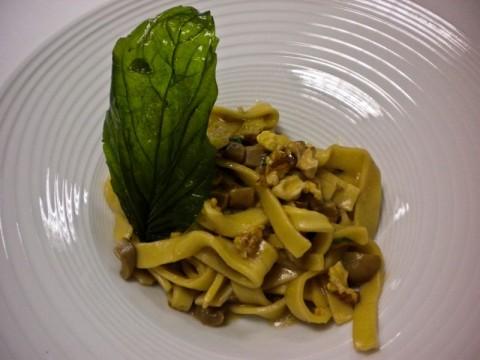 scialatielli napoletani al basilico, con funghi porcini di Cusano Mutri, gherigli di noci e formaggio affumicato
