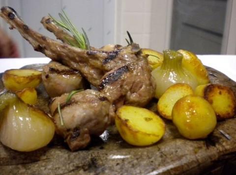 agnellino laticauda cotto su pietra di 'Aquapetra' con patate novelle di montagna al rosmarino e cipollotti in agrodolce