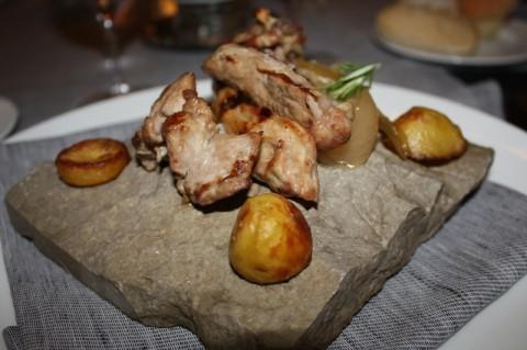 Agnello laticauda su pietra di Aquapetra con patate e cipolla