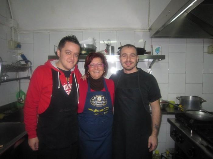 al centro la cuoca e titolare Patrizia Morra con il socio Mimmo Iuliucci a destra e suo cognato Antonio