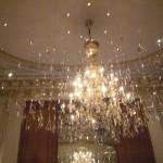 L'imponente lampadario della sala