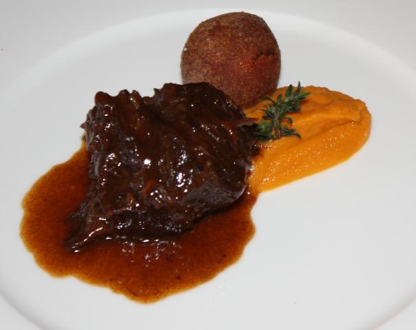 Guanciola di vitellone bianco brasato con soffice di carote e trippa croccante