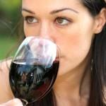 Donna e vino rosso