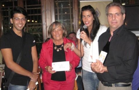 La premiazione: da sx il ragazzo disegnatore dell'etichetta, la dirigente scolastica Bernarda De Girolamo, Michela Muratori di Oppida Aminea ed Antonio Paradiso