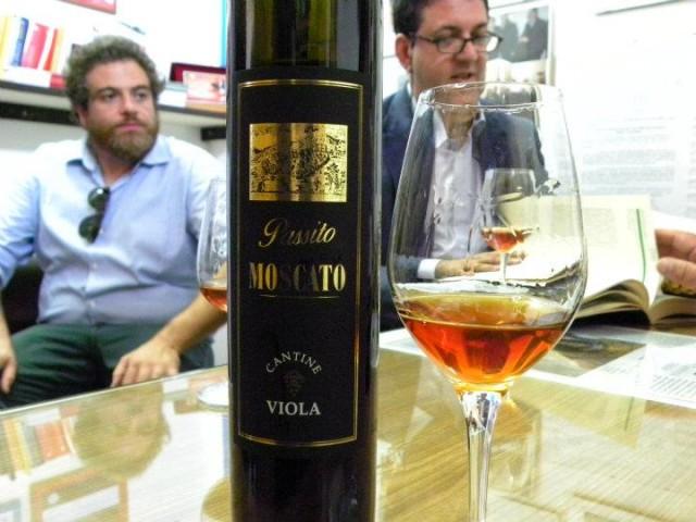 Il moscato di Viola - Sullo sfondo Giovanni e Big Luciano