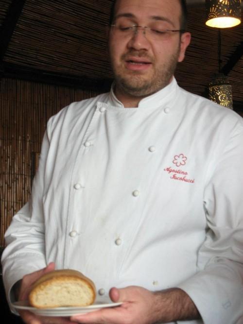 Agostino Iacobucci chef della Cantinella presenta il suo pane artigianale appena sfornato