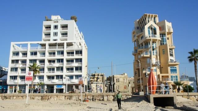 La bella Tel Aviv con i suoi contrasti in un'unica immagine (foto di Sara Marte)