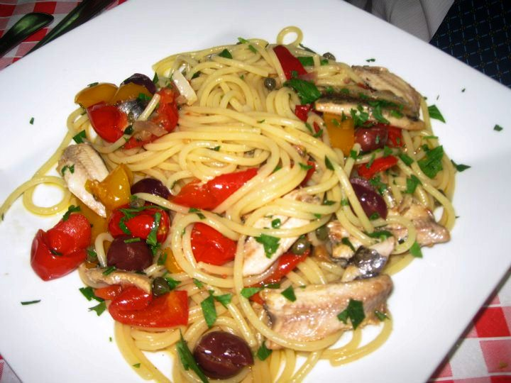 Spaghetti peperoni, pomodorini e alici