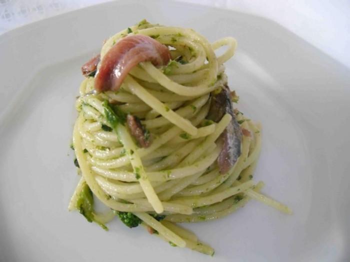 Spaghetti con friarielli e alici di Cetara
