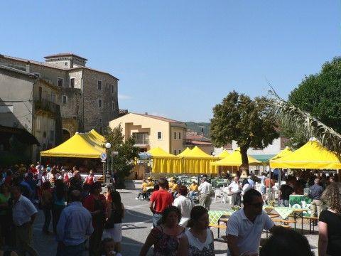 La piazza di Castelpagano durante una festa estiva (foto pro loco)