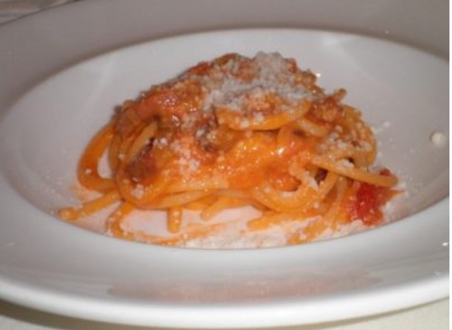 Spaghettone con guanciale pomodorino del piennolo e pecorino