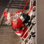 Babbo Natale appeso alla ringhiera