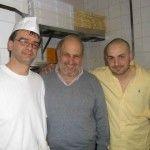 I Lazzaroni: da sx il pizzaiolo, Giancarlo Casa e Massimiliano Ceccarelli