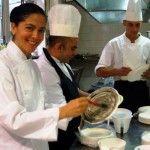 Rosanna Marziale in cucina con la brigata mentre decorano i piatti