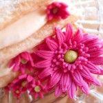 Millefoglie con chantilly e fragole decorata con gerbere di zucchero