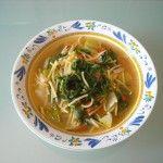 Un invitante piatto di minestra con tenerume, zucchina lunga siciliana e pomodori