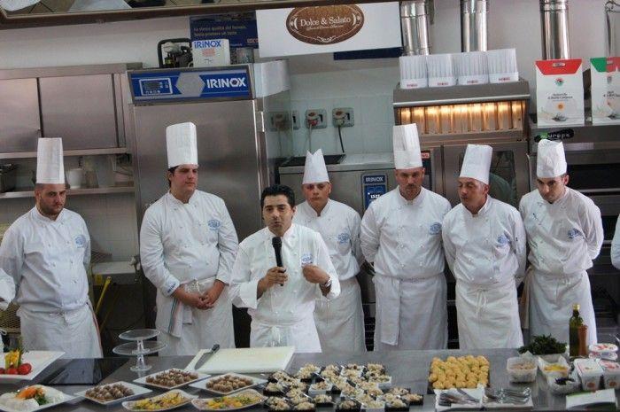 Lo chef Peppe Daddio con i suoi allievi
