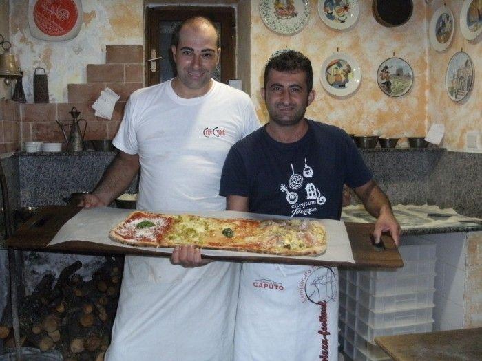 Pietro Manganelli e Raffaele Iuliano con la pizza sfornata a Pizzeria Panoramica