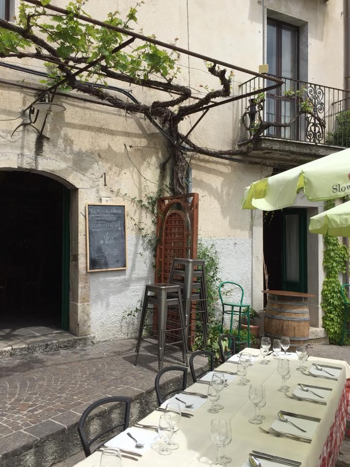 La Piazzetta, tavolo all'esterno