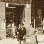 L'attrice Leda Gys mentre gira un film davanti alla pizzeria Gorizia nel 1924