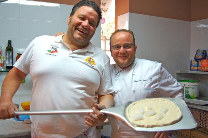 Stefano Callegari e Pasqualino Rossi infornano la pizza con ghiaccio