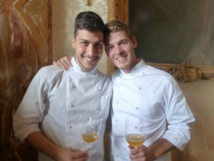 dx Luca Abbruzzino con il giovane pasticciere del suo locale, Matteo