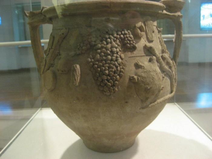 vaso su cui è rappresentato un grappolo di aminea gemina, uva greco allevata sul Vesuvio