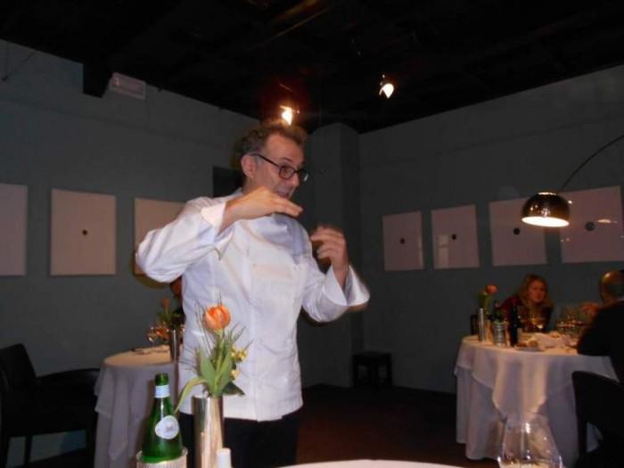 Massimo Bottura mentre spiega i suoi piatti