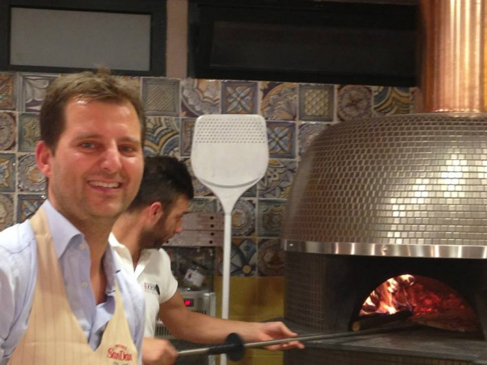 Paolo De Simone accanto al forno a legna di Ferrara