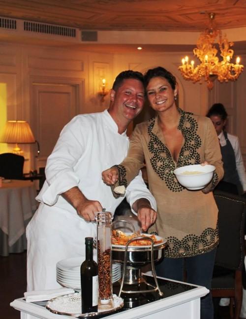 """Enrico """"Chicco"""" e Rossella Cerea mentre preparano il """"Pacchero alla Vittorio"""""""