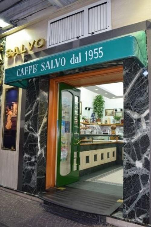 l'esterno del Caffè Salvo