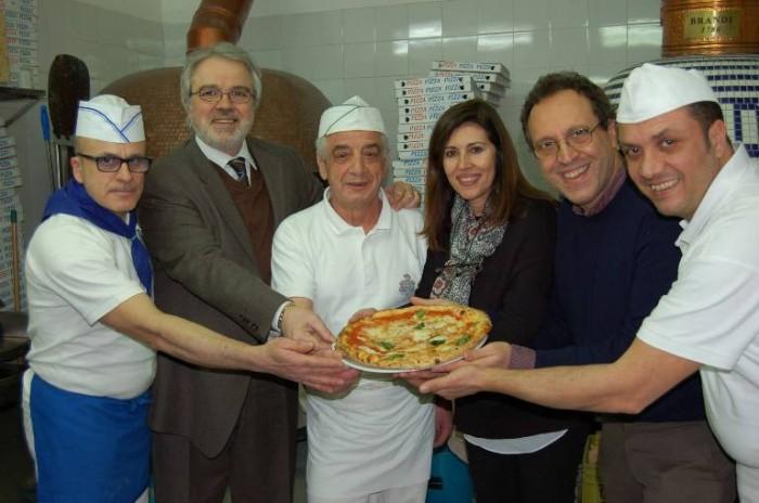 Pizzeria Brandi, lo staff - immagine tratta dalla pagina FB