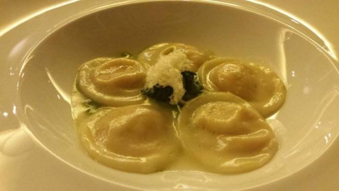 Acqua Gourmet, ravioli ripieni di cotechino su vellutata di broccoli e neve di pecorino stagionato