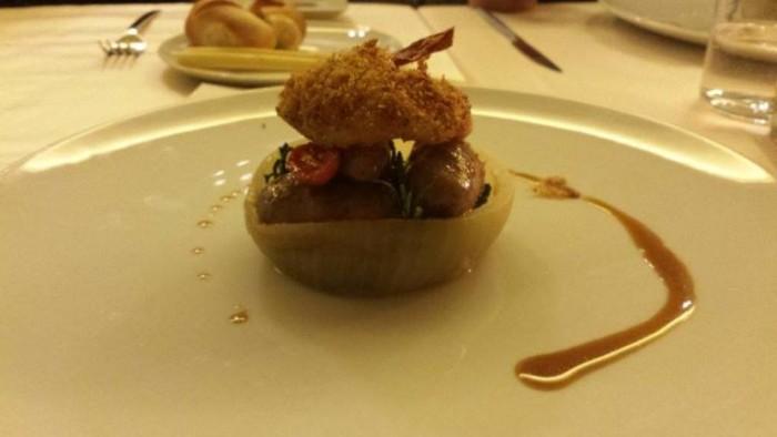Acqua Gourmet, salsiccia d'agnello su bietolina ripassata in sfoglia di cipolla cotta sotto sale