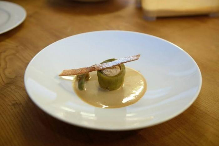 Carciofo dolce con mousse di nocciola tonda di Giffoni su salsa inglese alla liquirizia e cialda croccante di tre zuccheri