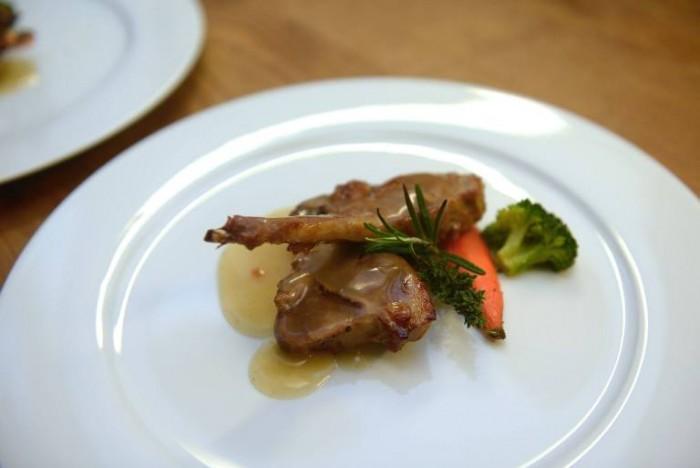 Costine di agnello farcite con fichi bianchi secchi del Cilento, salsa bruna e verdurine spadellate