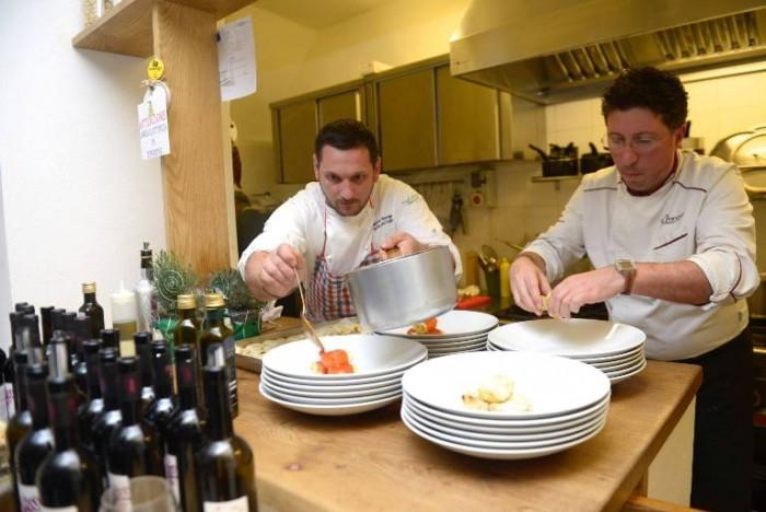 Domenico Vicinanza e Gaetano Morese al lavoro in cucina