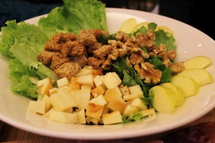 Kytaly, insalata con mele, noci e scamorza affumicata