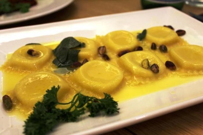 Kytaly, ravioli di ricotta con burro, salvia e pistacchi