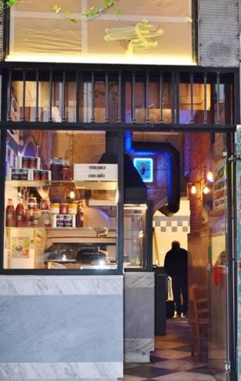 L'entrata del locale di Gino Sorbillo in Via Tribunali 35