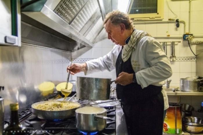 Luigi Palumbo intento in cucina