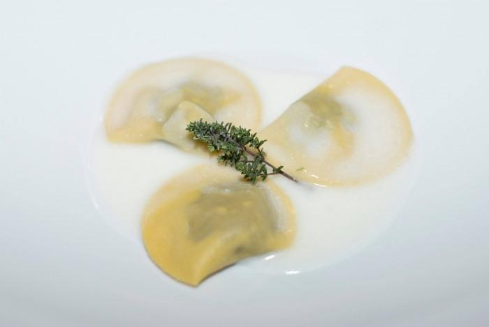 Raviolo di cicoria selvatica e patate su salsa di acqua di mozzarella e polvere di timo
