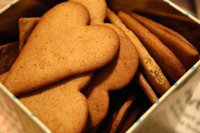 Una scatola di pepparkaka a forma di cuore