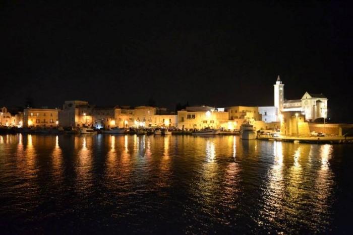 il porto di Trani di notte