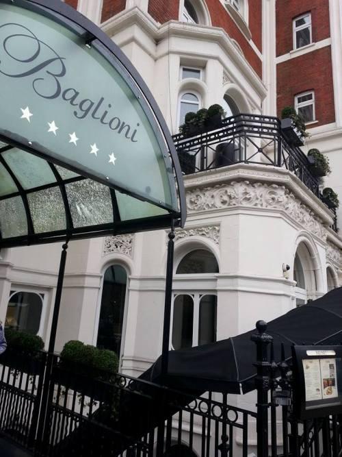 l'ingresso dell'Hotel Baglioni a Londra